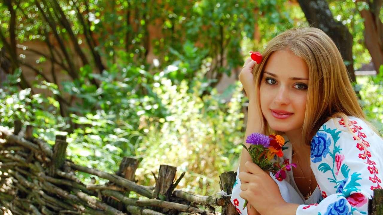 Підбірка фотографій дівчат у вишиванках