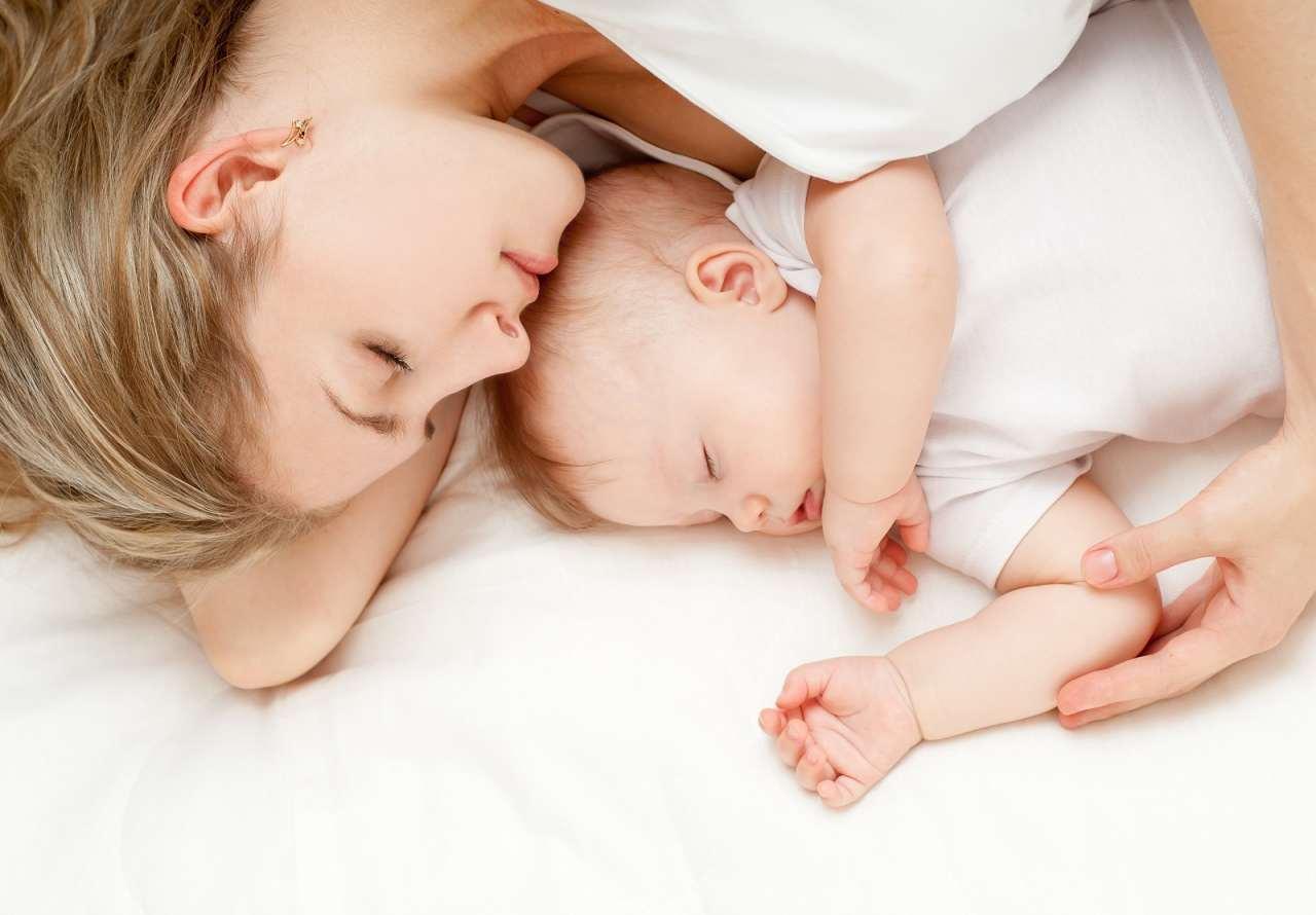 Толстая мать и спящий сын 3 фотография